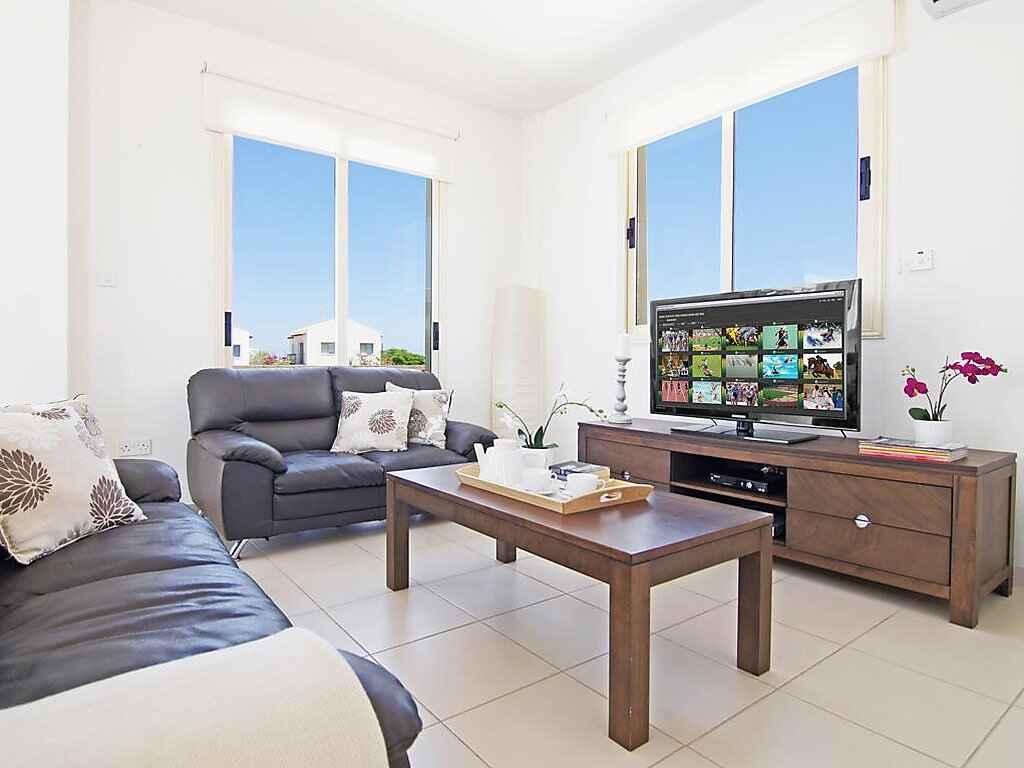 villa in paralimni zypern. Black Bedroom Furniture Sets. Home Design Ideas