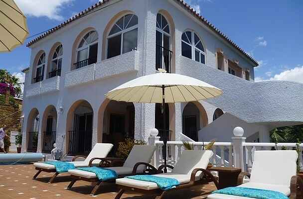 QUALITY VILLA CLOSE TO BEACH WITH HEATED POOL