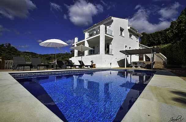 Utsökt villa nära strand. Uppvärmd pool*