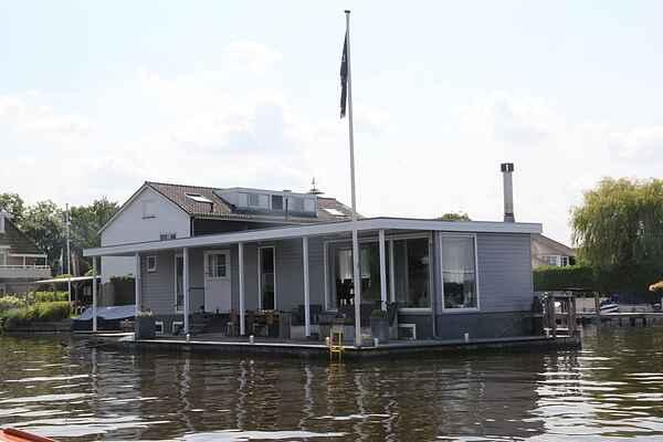Houseboat in Loosdrecht