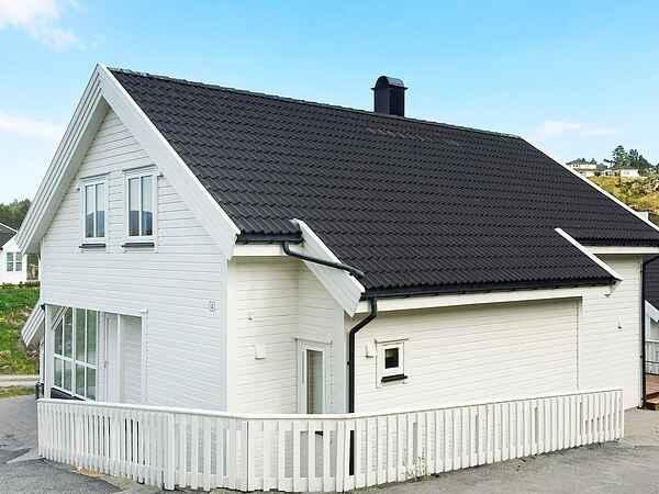Holiday home in Vestvikvågen