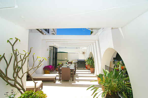 White Pearl Beach apartment, garden, pool, BBQ