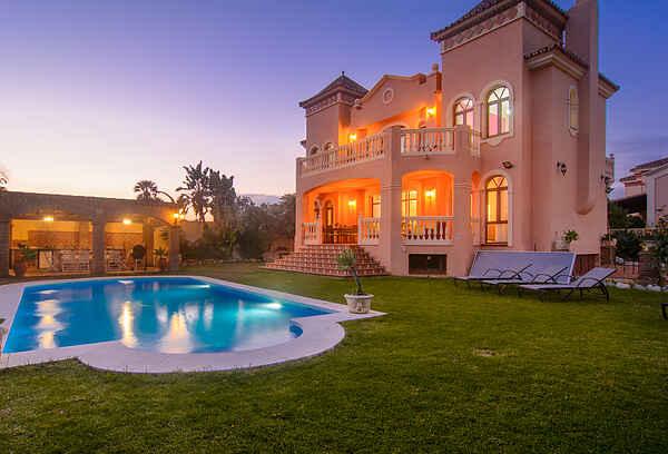 San Pedro 6 bedroom villa, heated pool, BBQ, WiFi