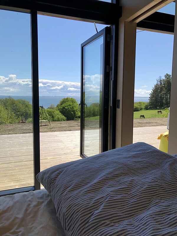 Hold ferie med panoramaudsigt i spritnyt sommerhus!