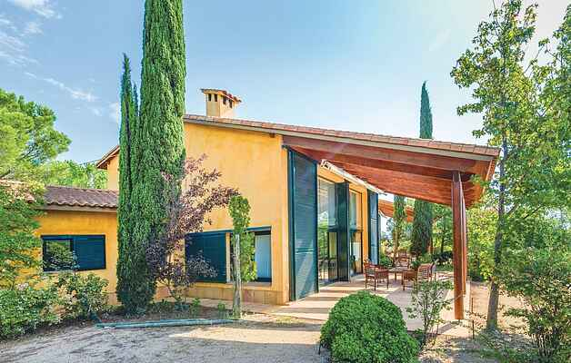 This property on a vineyard is divided into two houses and offers a lot of space for an individual holiday