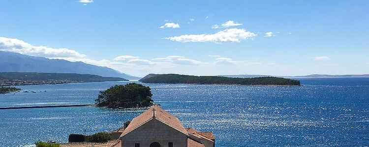 Den stiliga staden Rab på ön Rab i Kroatien